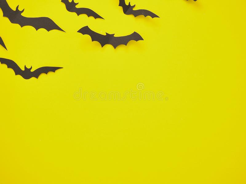 Decorazioni di Halloween, pipistrelli su un fondo giallo fotografia stock libera da diritti