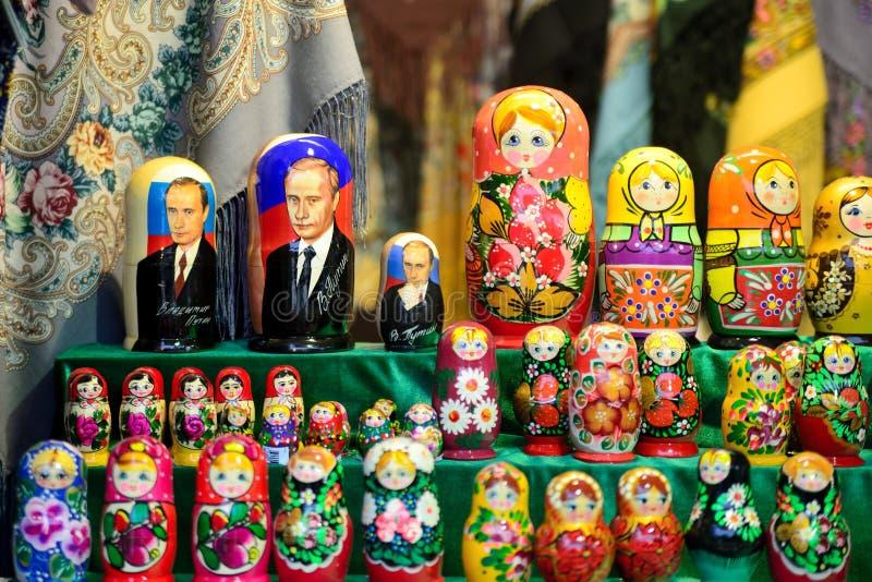 Decorazioni di legno di matrioshka da vendere Bambole russe fotografia stock libera da diritti