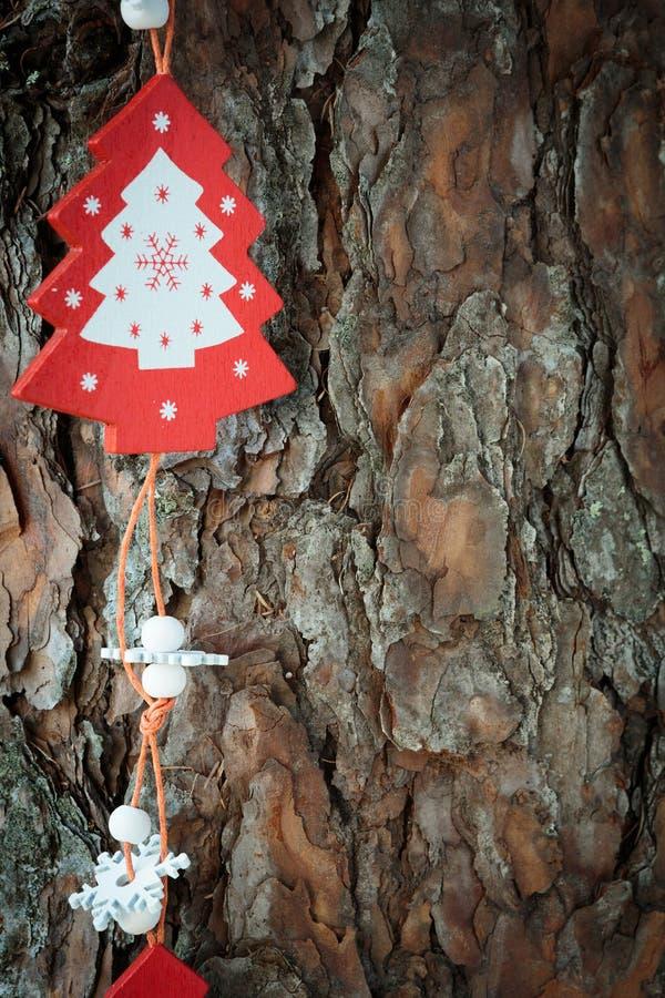 Decorazioni di legno di Natale sulla corteccia fotografia stock