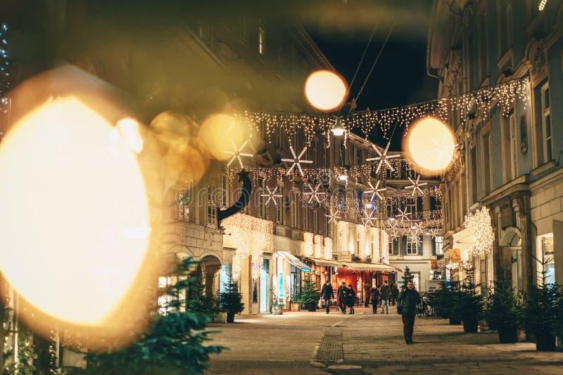 Decorazioni di Natale di arrivo delle vie della città di Graz di notte Il colpo è immagine stock