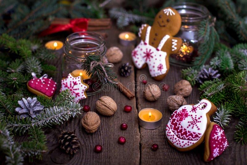 Decorazioni di Natale - biscotti e candele del pan di zenzero immagini stock