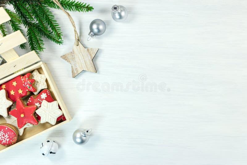 Decorazioni di Natale con i biscotti fatti a mano del pan di zenzero in scatola fotografia stock