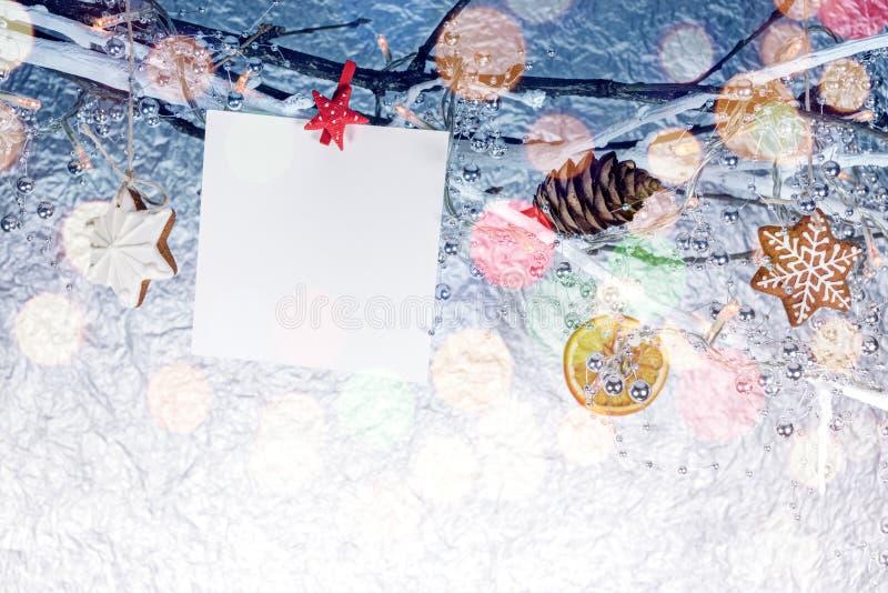 Decorazioni di Natale con la cartolina d'auguri ed il pan di zenzero vuoti c fotografia stock libera da diritti