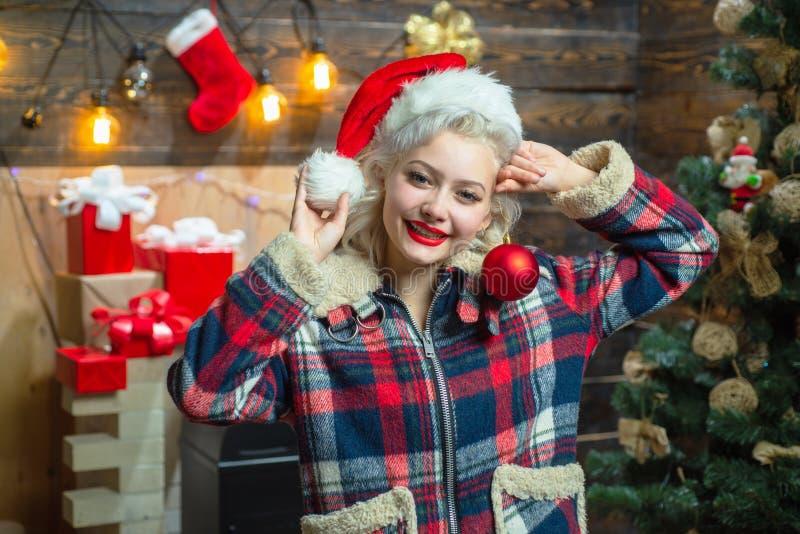 Decorazioni di Natale e contenitore di regalo su fondo di legno Ritratto sorpreso di risata divertente della donna emozioni Natal fotografia stock libera da diritti
