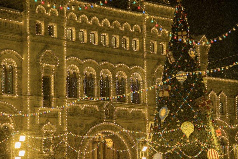 Decorazioni di Natale, grande albero di natale con le palle e presente, illuminazione di notte della città Nuovo anno a Mosca, Ru immagine stock libera da diritti