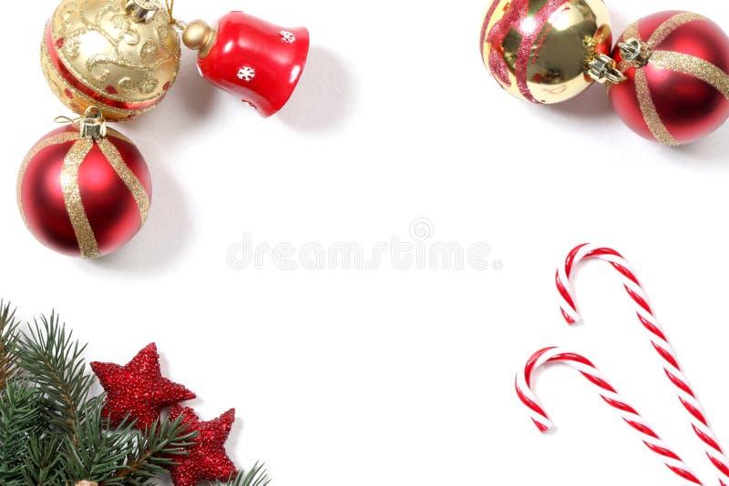 Decorazioni di Natale isolate su fondo bianco con lo spazio della copia per il vostro testo immagini stock