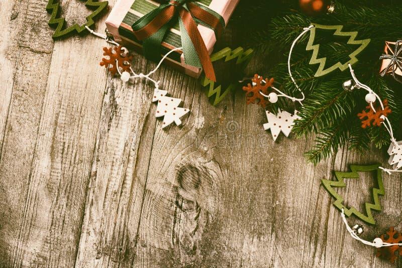 Decorazioni di Natale nello stile d'annata sopra vecchio fondo di legno fotografia stock