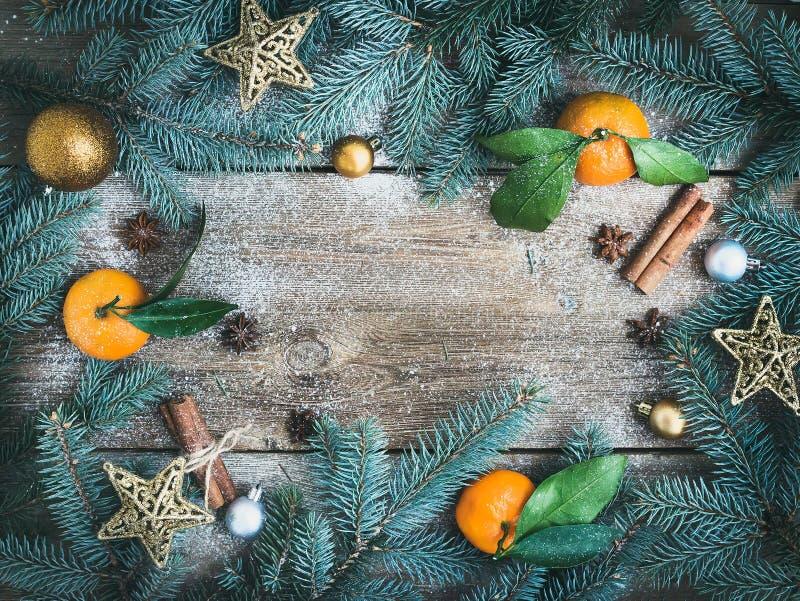 Decorazioni di Natale (nuovo anno): rami dell'pelliccia-albero, glas dorati fotografia stock libera da diritti