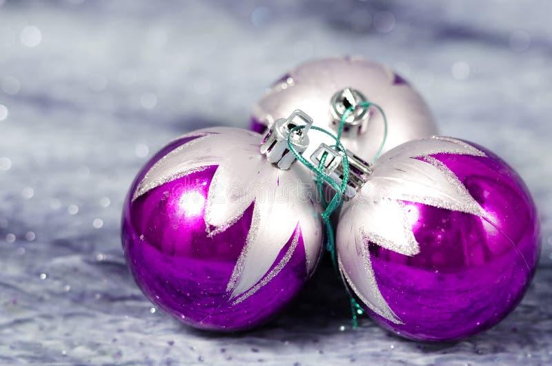 Decorazioni di Natale porpora e d'argento fotografie stock libere da diritti