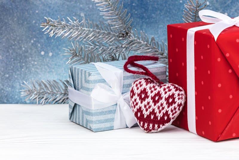 Decorazioni di Natale, scatole attuali e ramo di albero dell'abete bianco fotografia stock