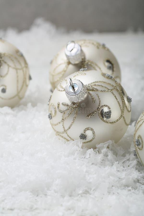 Decorazioni di Natale su neve fotografia stock libera da diritti