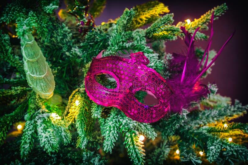 Decorazioni di Natale su un albero di Natale immagine stock