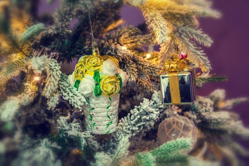 Decorazioni di Natale su un albero di Natale immagini stock