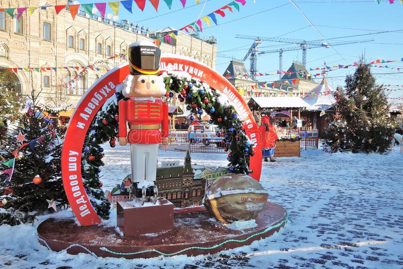 Decorazioni di Natale sul quadrato rosso a Mosca Pista di pattinaggio della GOMMA fotografie stock libere da diritti