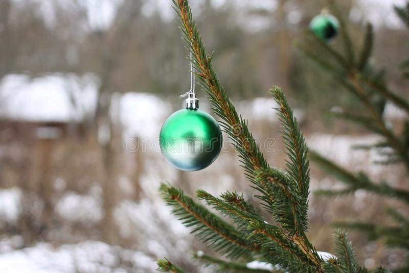 Decorazioni di Natale sull'abete dei rami immagini stock