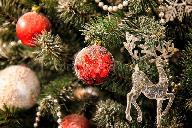 Decorazioni di Natale sulla palla e sui cervi rossi dell'albero di Natale immagine stock libera da diritti