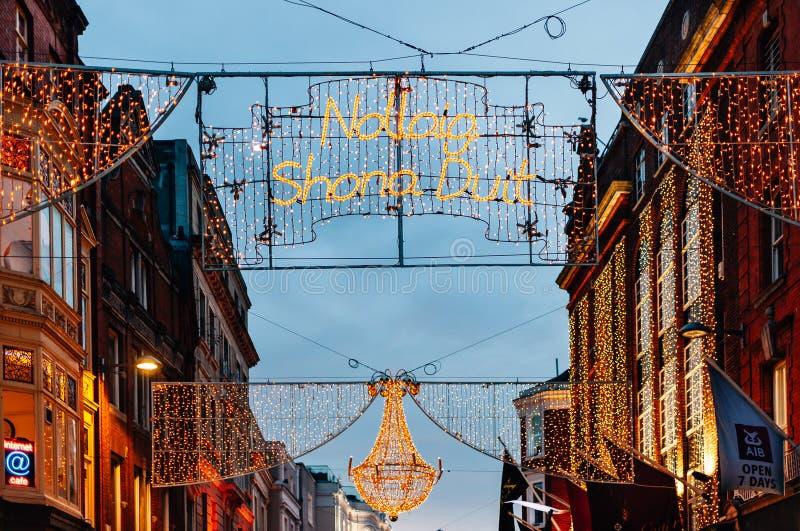 Decorazioni di Natale sulla via di Grafton a Dublino, Irlanda fotografia stock libera da diritti