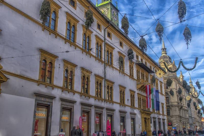 Decorazioni di Natale sulle vie di Graz durante l'arrivo ed il h immagini stock