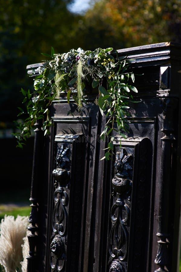 Decorazioni di nozze con i fiori fotografia stock