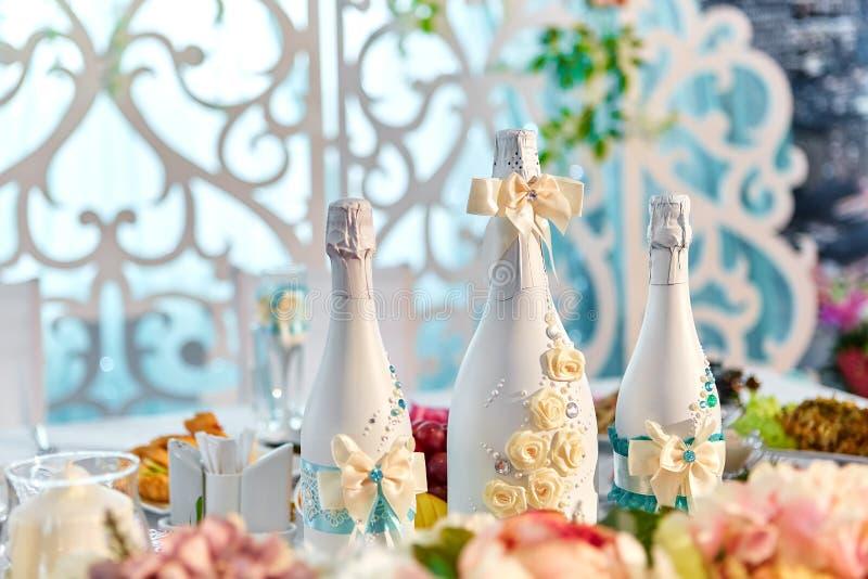 Decorazioni di nozze e decorazione delle bottiglie del champagne per nozze fotografie stock