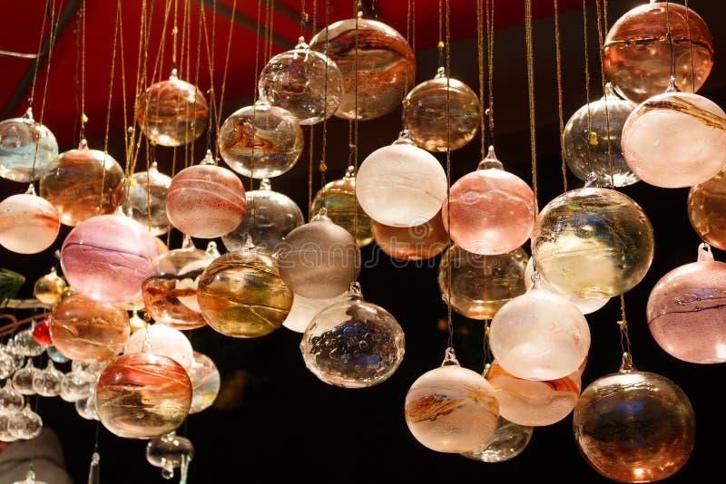 Decorazioni di vetro fatte a mano per il Natale immagini stock