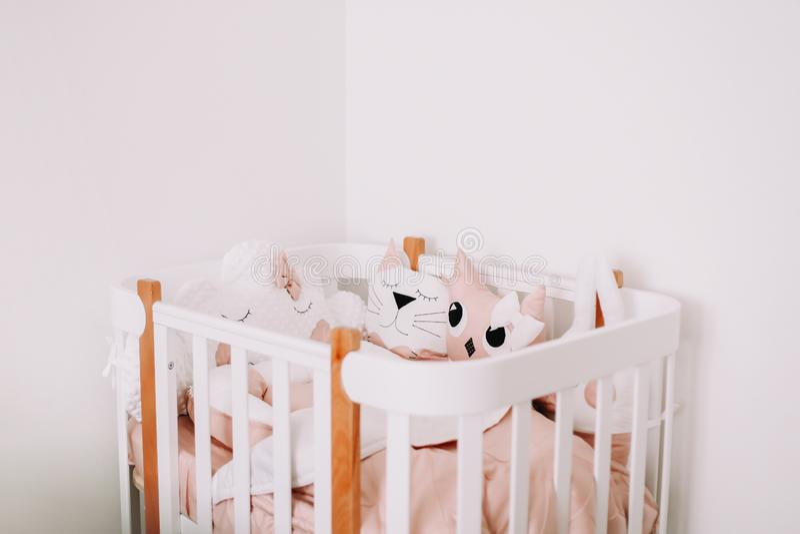 Decorazioni dolci della stanza della scuola materna per una neonata Camera da letto accogliente dei bambini nello stile scandinav fotografia stock libera da diritti