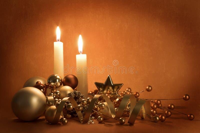 Decorazioni e candele di natale immagine stock