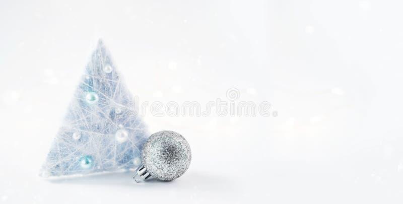 Decorazioni e ghirlande della composizione in Natale su un fondo brillante fotografie stock