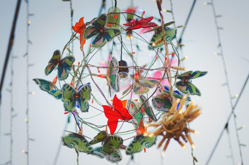 Decorazioni festive con le farfalle artificiali per decorare la via fotografia stock