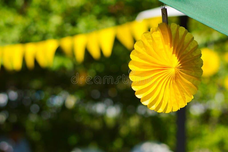 Decorazioni festive del ricevimento all'aperto giallo di estate fotografie stock