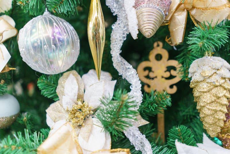 Decorazioni festive luminose che celebrano il Natale e nuovo anno immagini stock libere da diritti