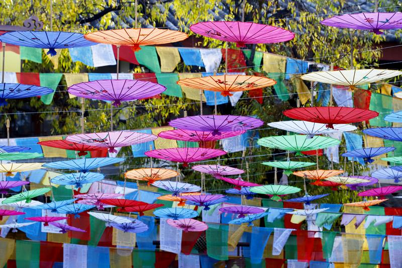 decorazioni a forma di ombrello in una via nel villaggio del Shu-lui vicino a Lijiang, il Yunnan, Cina immagini stock