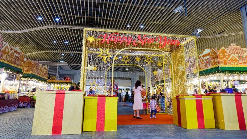 Decorazioni lunari del nuovo anno al centro commerciale di MBK immagini stock libere da diritti