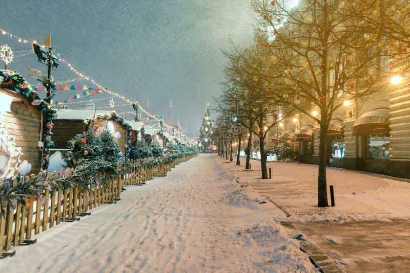 Decorazioni per il nuovo anno e le feste Palle di Natale sui rami di albero vicino alla cattedrale del ` s del basilico della st  immagini stock libere da diritti