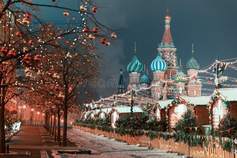 Decorazioni per il nuovo anno e le feste Palle di Natale sui rami di albero vicino alla cattedrale del ` s del basilico della st  immagini stock