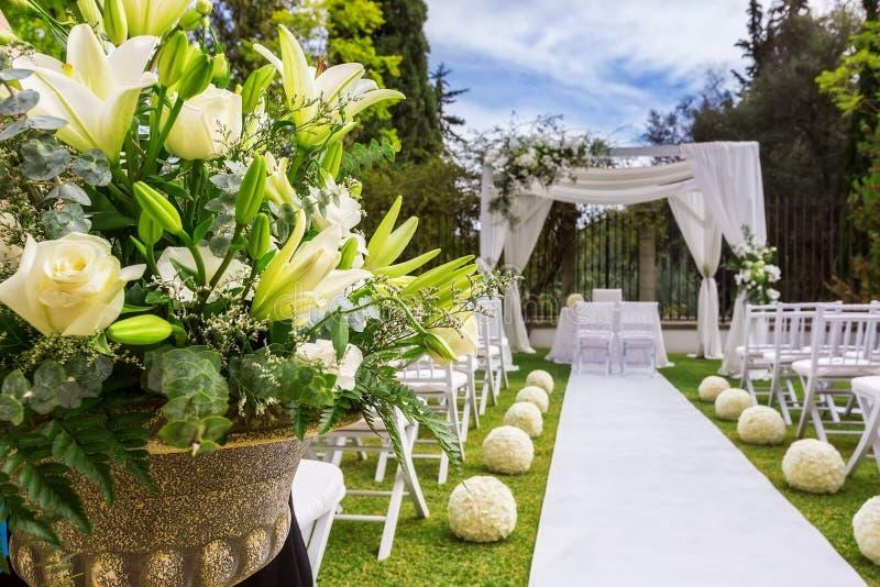 Decorazioni per la cerimonia di nozze Fiori immagine stock libera da diritti