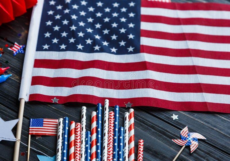 Decorazioni per le quarte del giorno di luglio di indipendenza americana, bandiera, candele, paglie Decorazioni di festa di U.S.A immagini stock