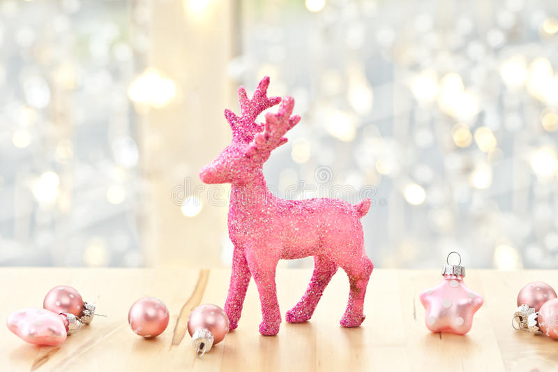 Decorazioni rosa di natale e dei cervi fotografia stock