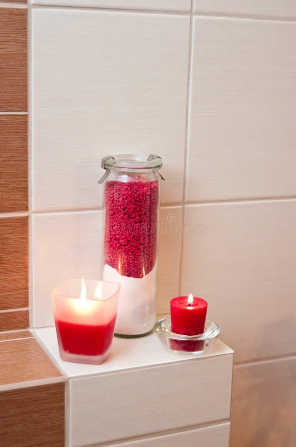 Decorazioni rosse della stanza da bagno immagine stock for Decorazioni stanza