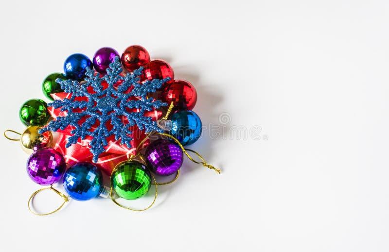 Decorazioni rosse di Natale su un fondo leggero Cartolina di Natale Tema di vacanza invernale fotografia stock