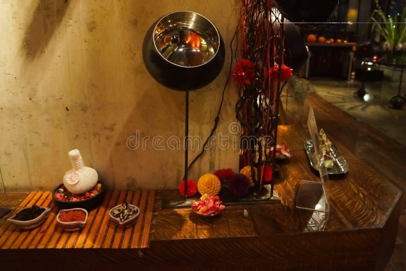 Decorazioni tailandesi della stazione termale di stile sullo scaffale di legno fotografia stock