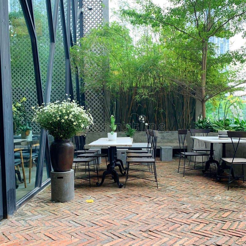 Decore um canto da jarda no café - Hanoi, Vietname o 14 de março de 2019 imagem de stock