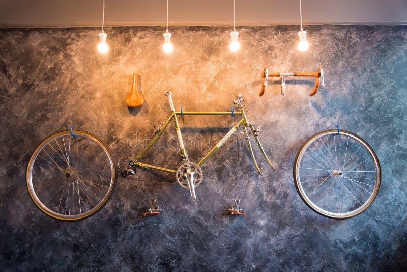 Decori in salone con la bicicletta sulla parete Interior design immagine stock libera da diritti