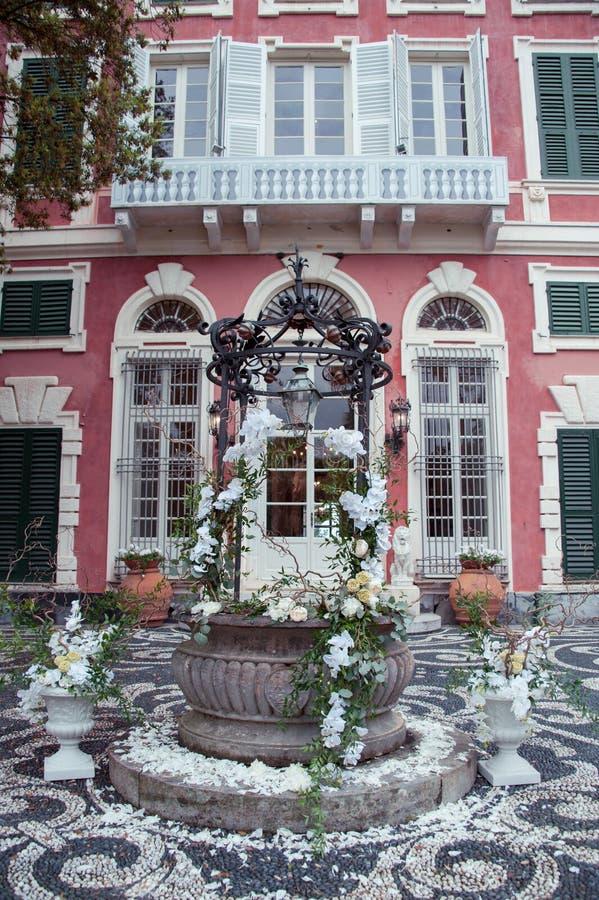 Decorsamenstelling met orchideeën pioenen en rozen bij een Italiaanse villa royalty-vrije stock fotografie