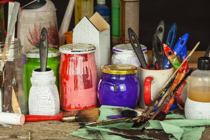Decoupage产品 家庭艺术家车间 在画家的工作书桌上的混乱 画笔和颜色 库存图片
