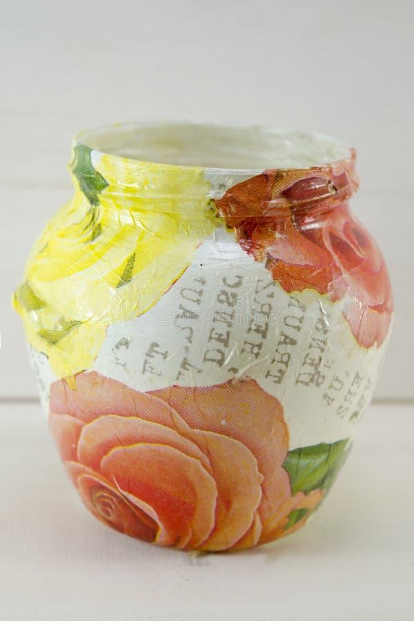 Decoupage装饰了在木背景的花纹花样瓶子 免版税库存图片
