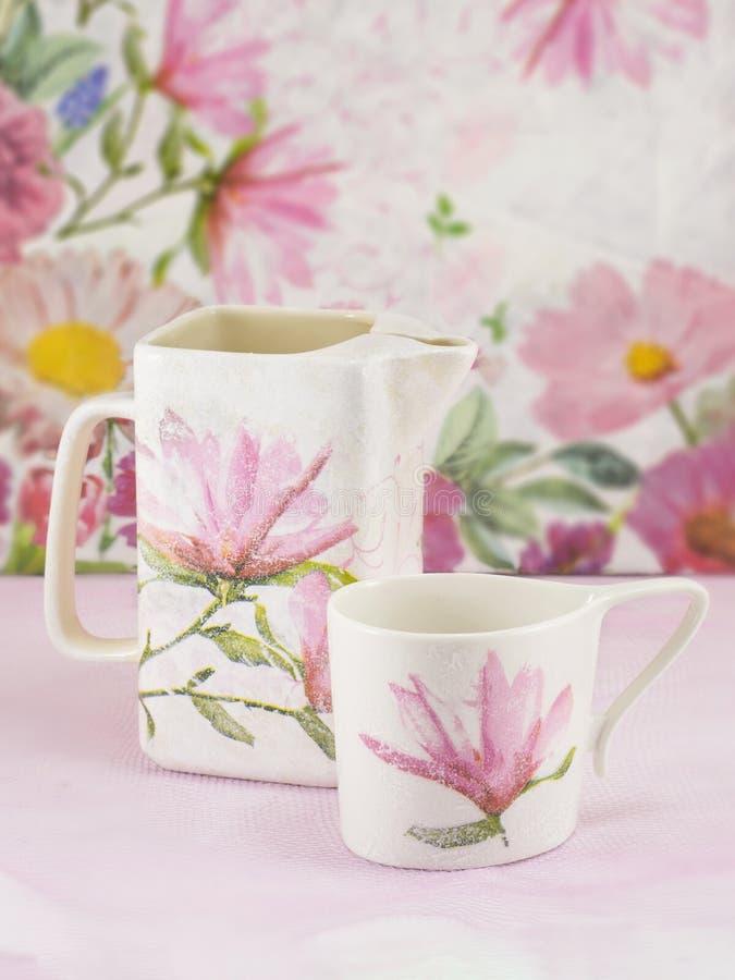 Decoupage装饰了茶罐和茶杯 库存图片