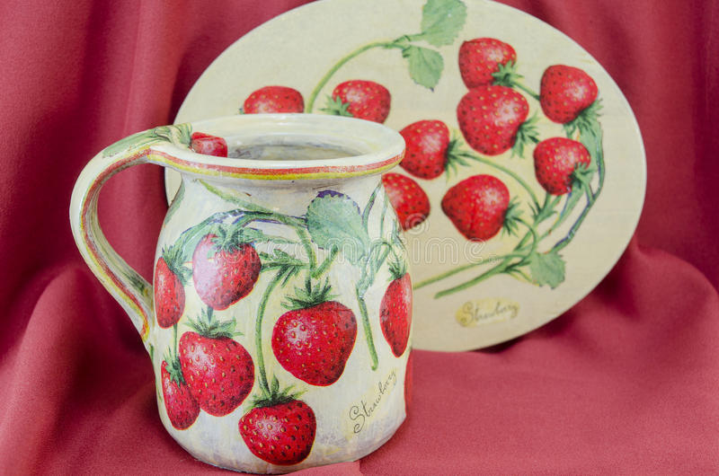 Decoupage adornó la jarra y la placa del modelo de la fresa en rojo fotos de archivo libres de regalías