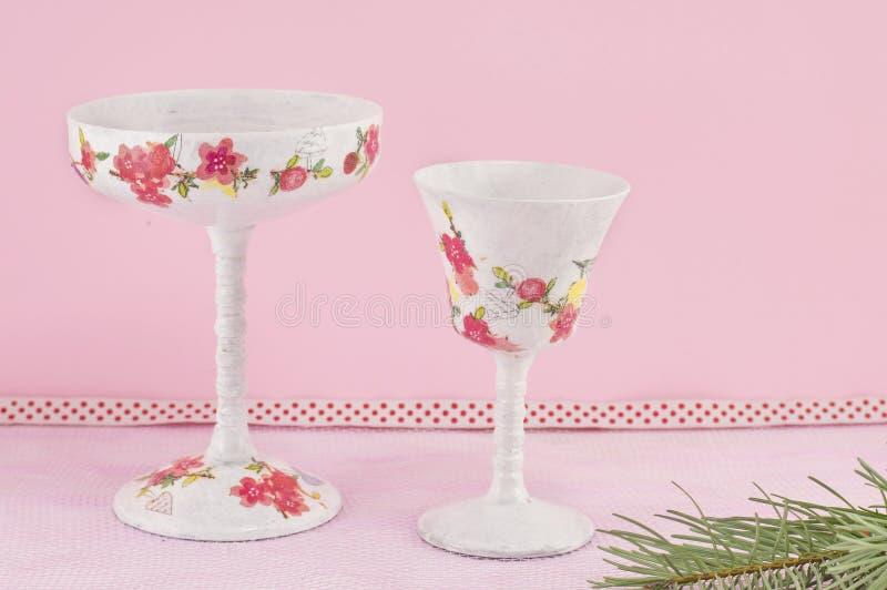 Decoupage adornó las copas de vino contra fondo rosado imagen de archivo libre de regalías