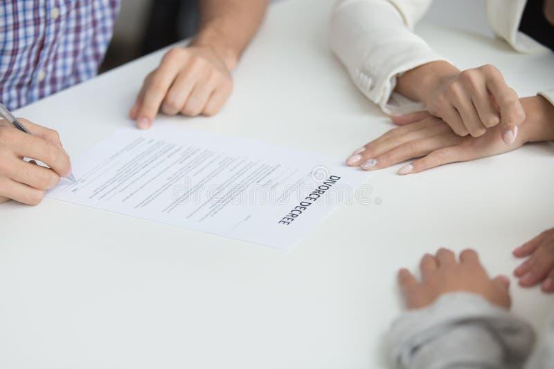 Decreto de assinatura do divórcio do marido que dá a permissão à união dis imagens de stock